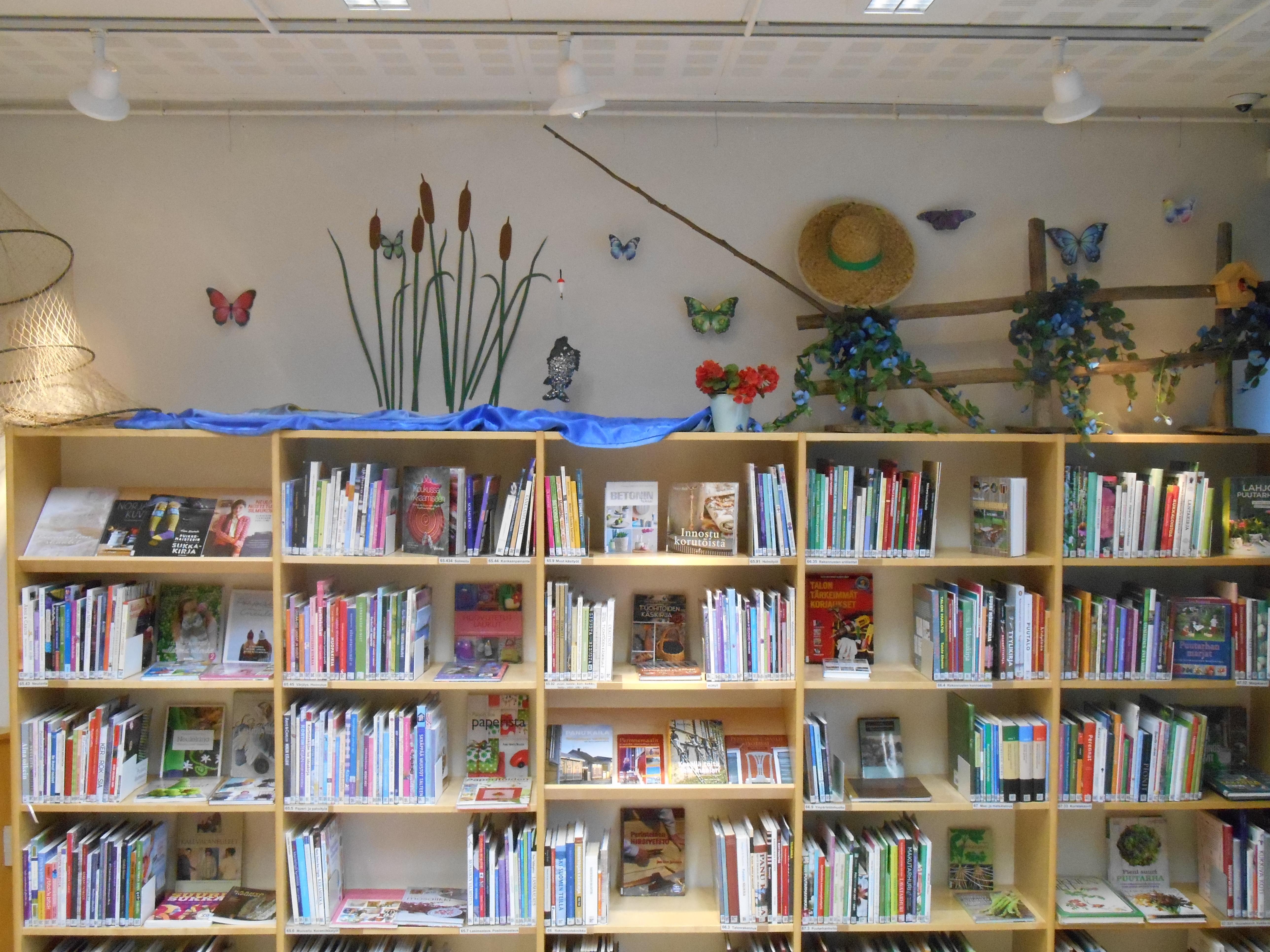 Kirjaston olohuoneen kesäsomistus