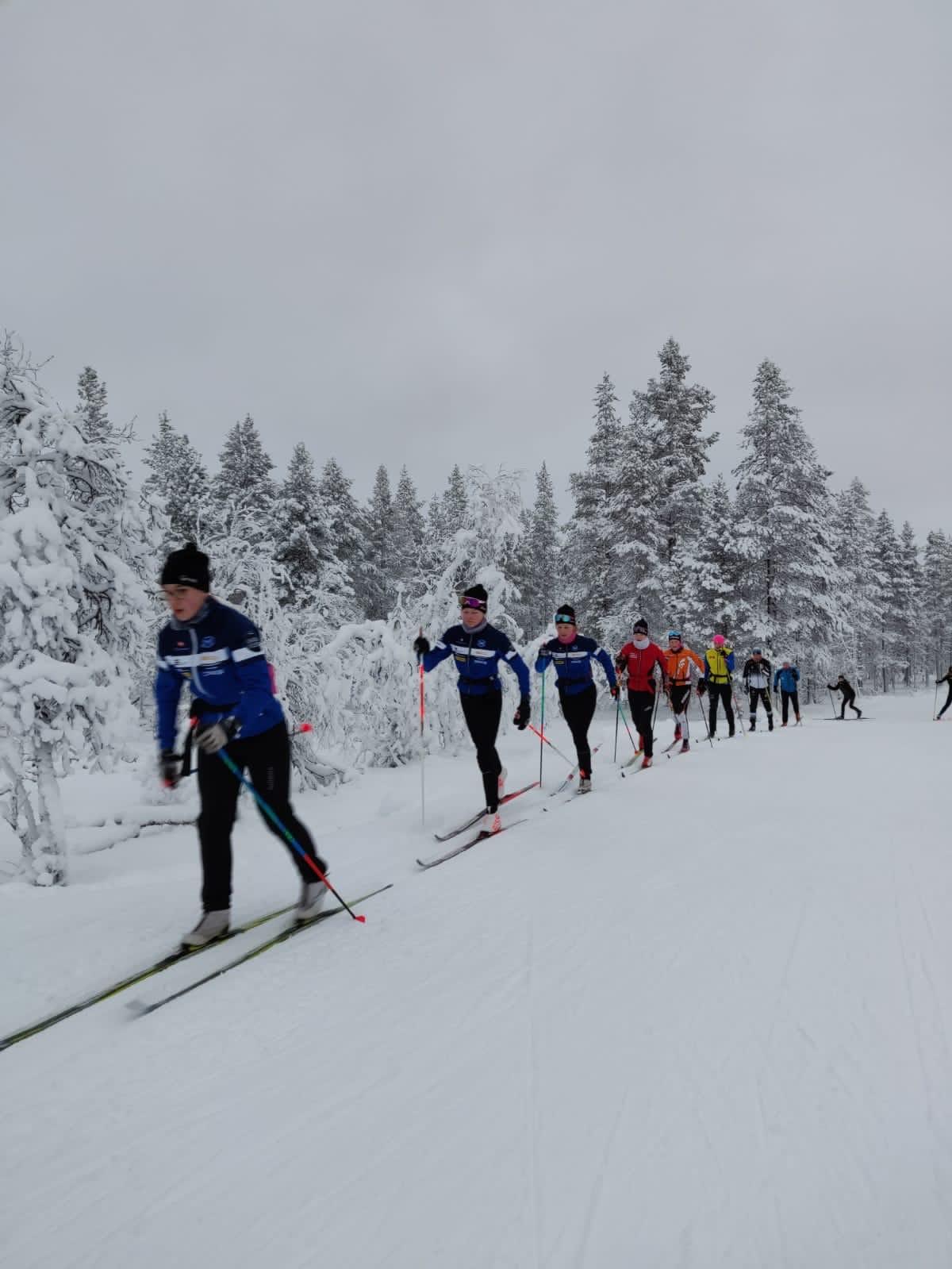 Pihtiputaan lukion hiihtolinjan opiskelijoita